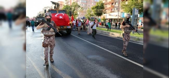 Diyarbakır'da 15 Temmuz Anma Gününde On Binlerce Kişi Yürüdü