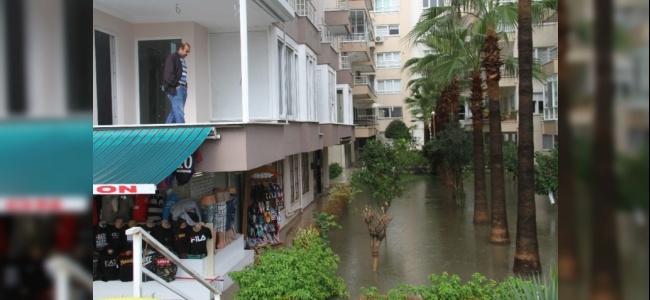 Alanya'da Hortum ve Yağmur Yaşamı Durma Noktasına Getirdi