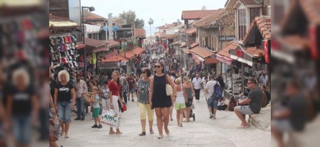 Antalya'da Yaşanan Serin Hava Esnafı Mutlu Etti