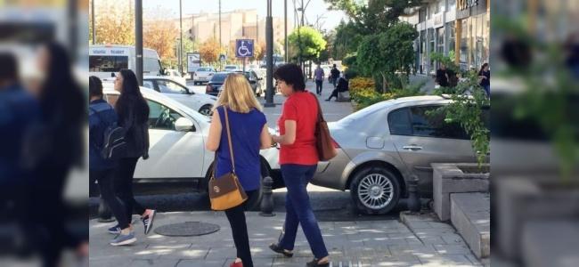 Duyarsız Sürücüler Engelli Yollarına Araç Park Ediyor