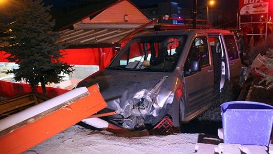 Karaman'da Kontrolünü Kaybeden Araç Kafeye Girdi