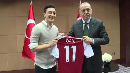 Erdoğan'dan Mesut Özil'e Destek: Gözlerinden Öpüyorum