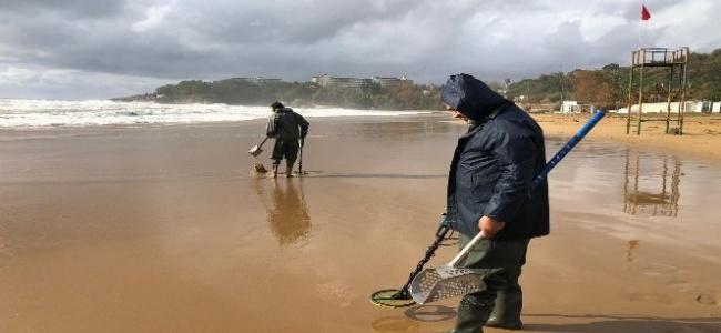10 bin TL verdikleri dedektörlerle ekmeklerini sahilden çıkartıyorlar