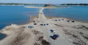 Adana'nın Simgesi Sevgi Adası'na Sular Çekilince Yürüyerek Gidiliyor