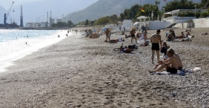 Antalya'da Sıcakları Fırsat Bilen Turistler Plajlara Akın Etti
