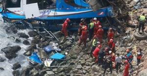 Peru'da Kamyonetle Çarpışan Otobüs Uçuruma Devrildi: 48 Ölü
